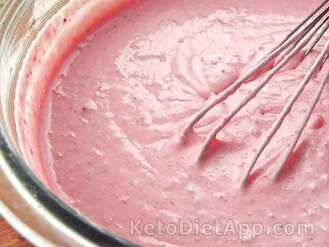 Low-Carb Strawberry Cheesecake Ice-Cream
