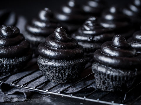 Low-Carb Black Heart Halloween Cupcakes