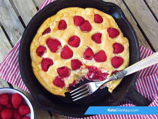 Fluffy omelet with raspberries